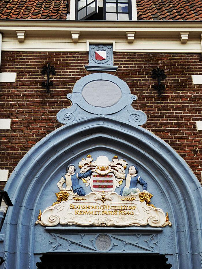 Foto van versiering boven een poort