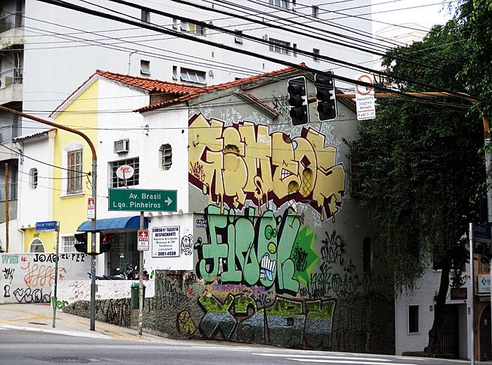 Foto van hoekhuis met graffiti