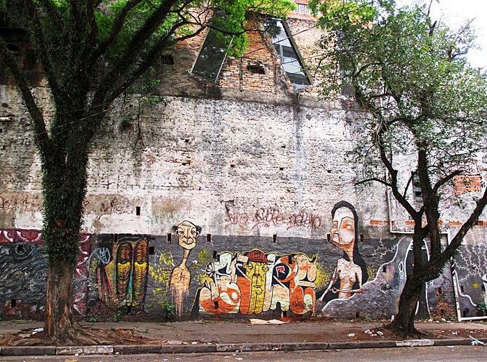 Foto van graffiti op muur tussen bomen