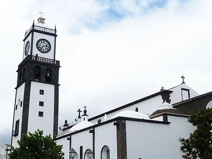 Foto van witte kerk met zwarte afwerking