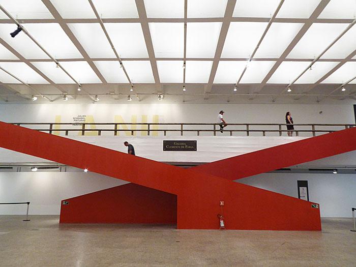 Foto van rode, elkaar kruisende trappen