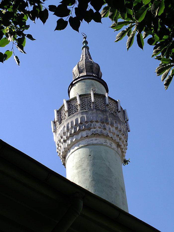 Foto van minaret tussen bomen