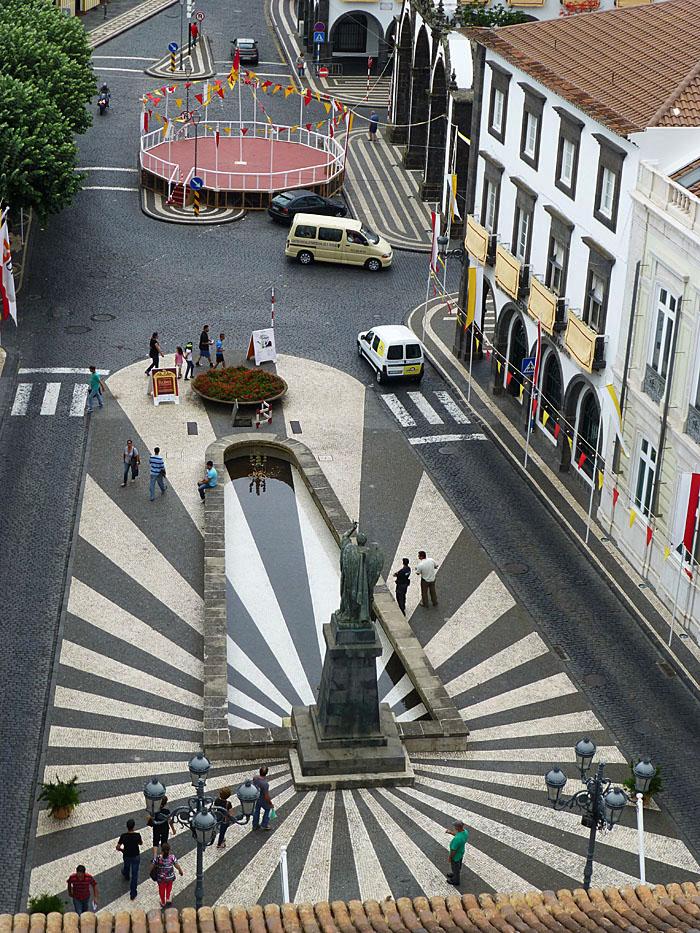 Foto van plein met geometrische figuren gezien van boven