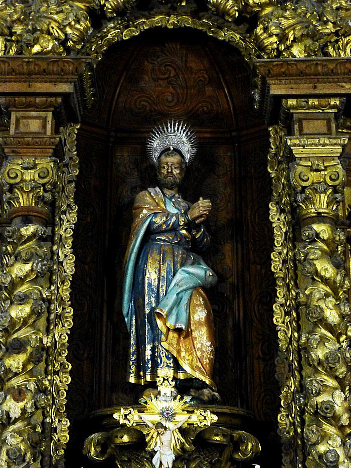 Foto van beeld van bezorgd kijkende heilige