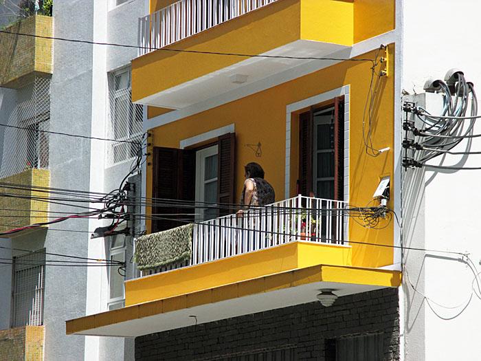 Foto van geel-wit balkon