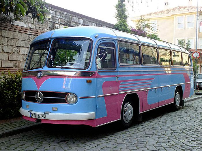 Foto van oude, blauw-lila bus van Mercedes