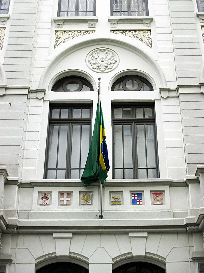 Foto van ramen, vlag en balkon met wapenschilden