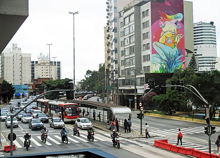 Foto van optrekkend verkeer en graffiti