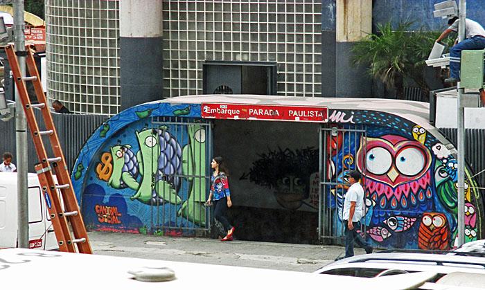 Foto van voormalige ingang van de metro met graffiti