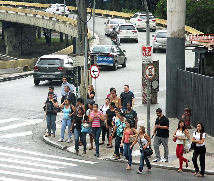 Foto van overstekende voetgangers en auto's