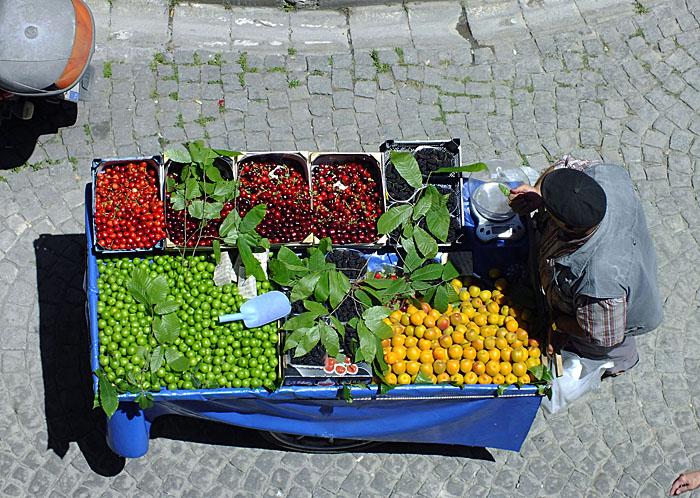 Foto van kar met fruit van bovenaf gezien