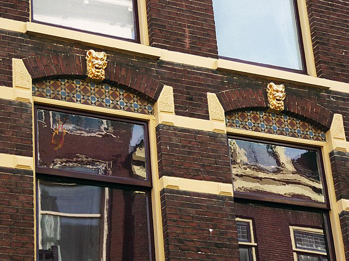 Foto van ramen met vergulde koppen met hoorns en baard