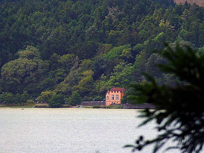 Foto van huis aan meer