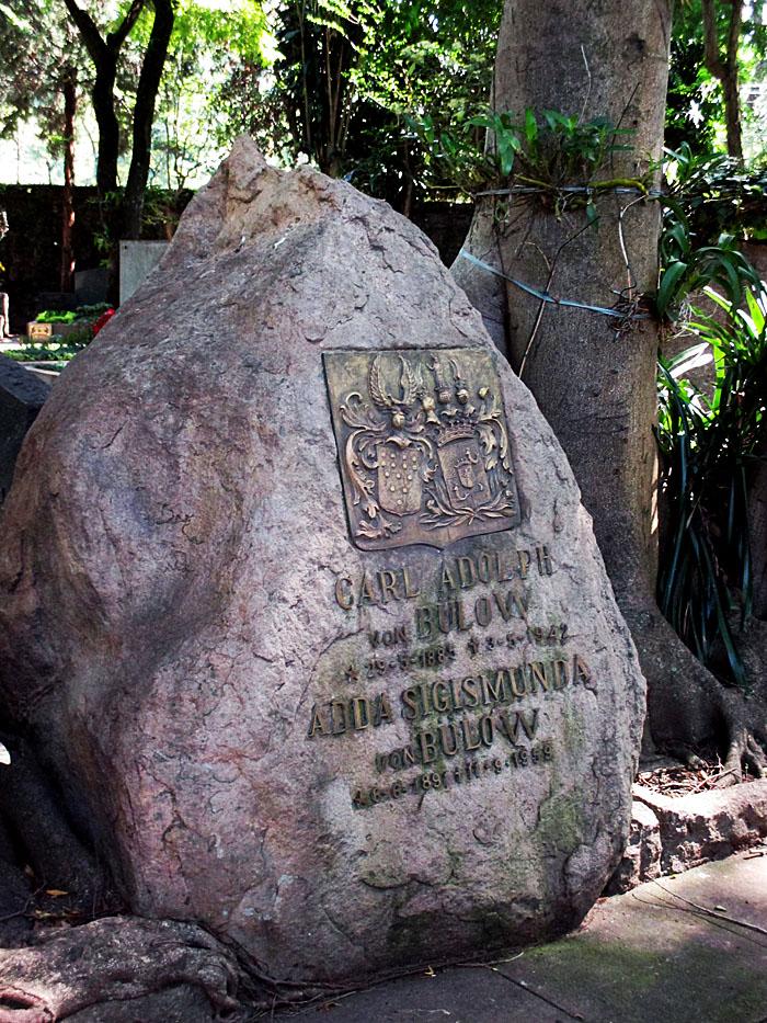 Foto van grote kei als grafsteen