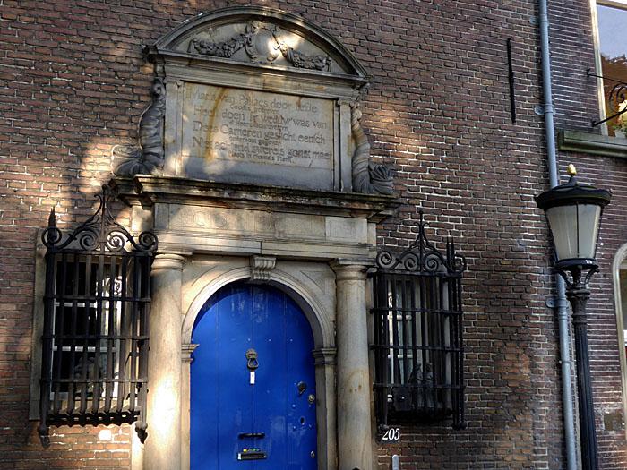 Foto van monumentale deur en gevelsteen