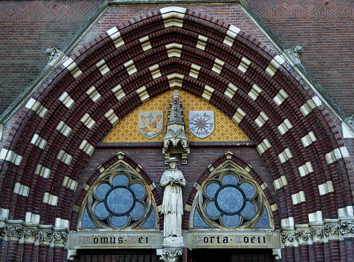 Foto van bovenkant ingang kerk