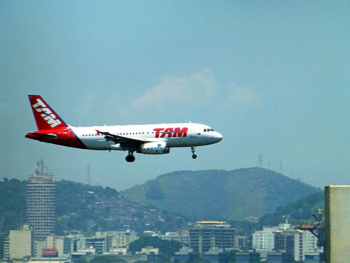 Foto van landend vliegtuig, heuvels op achtergrond