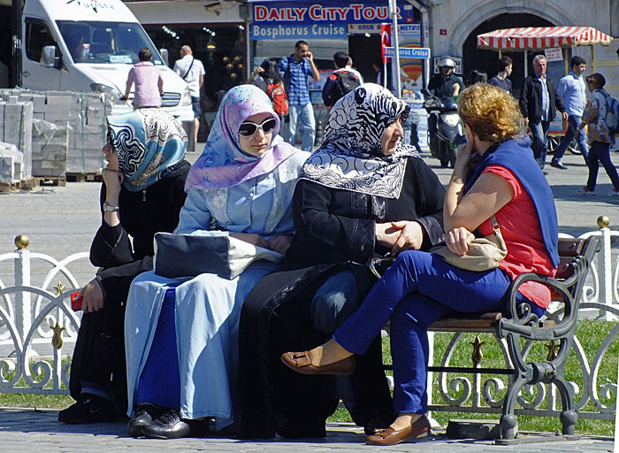 Foto van Turkse vrouwen op bankje
