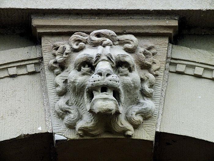 Foto van gevelsteen met grommende leeuw