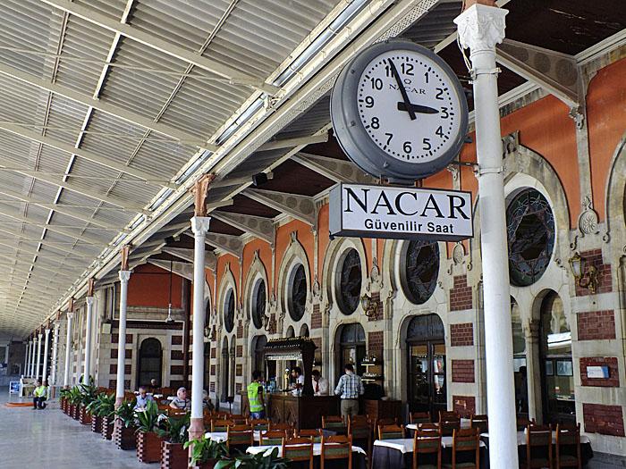 Foto van terras op station met klok