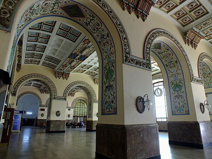 Foto van monumentaal interieur met bogen