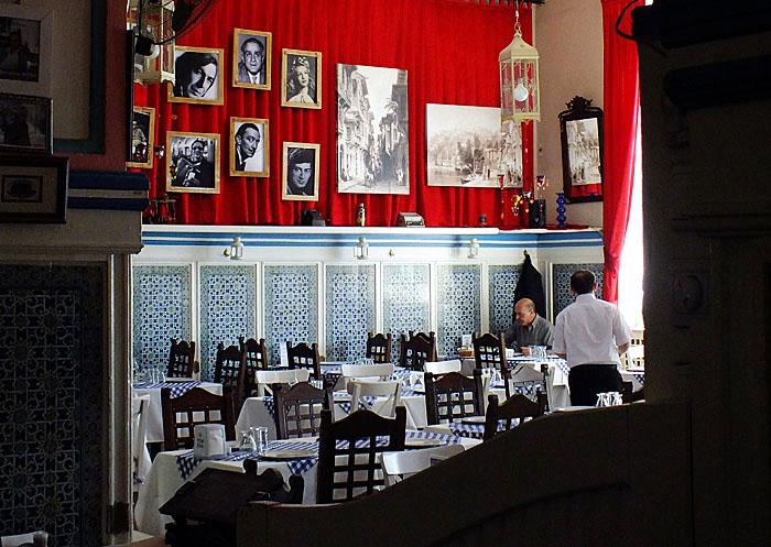 Foto van restaurant met tegeltableaus en foto's van filmsterren