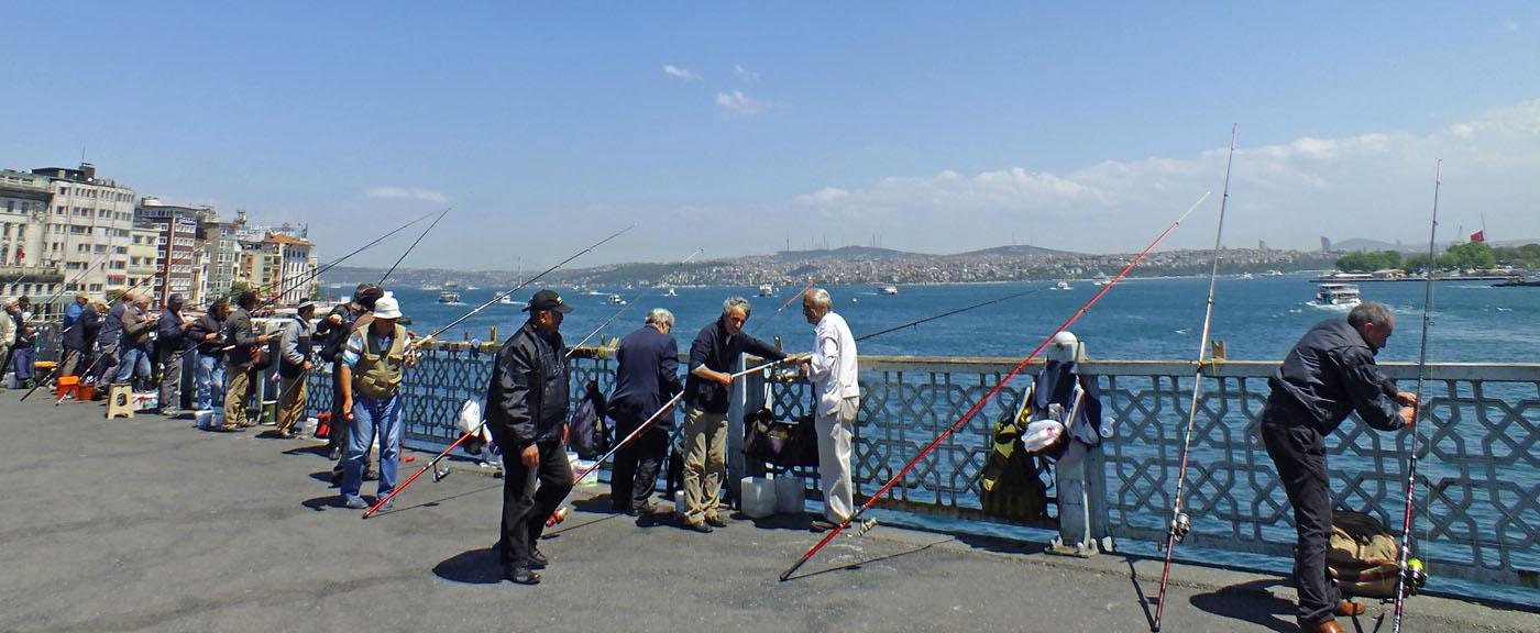 Foto van vissers op brug