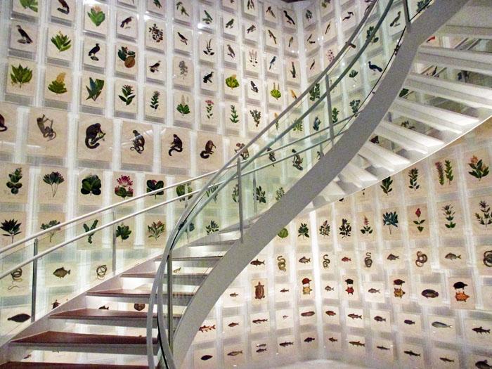 Foto van trappenhuis met prenten