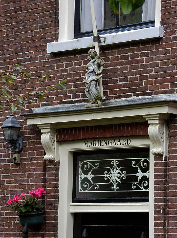 Foto van bovenlicht, raam en standbeeldje