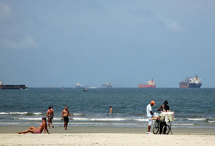 Foto van strand en zeeschepen