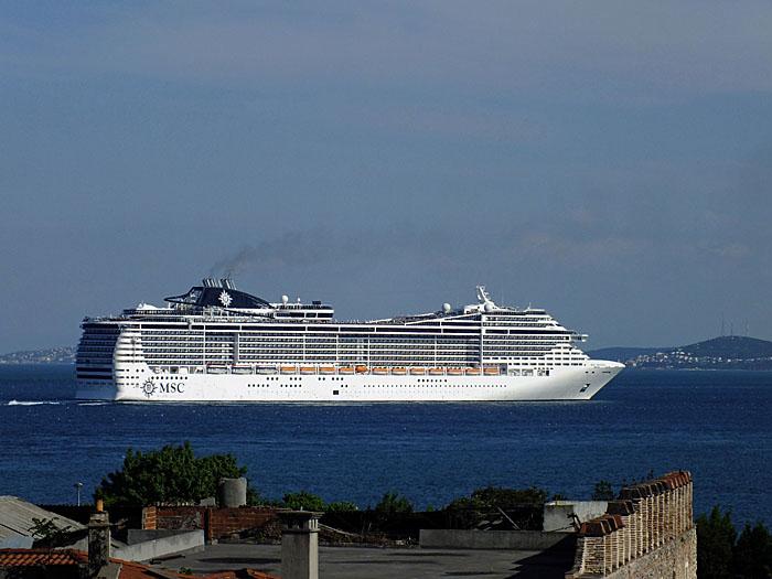 Foto van wit cruiseschip op blauwe zee