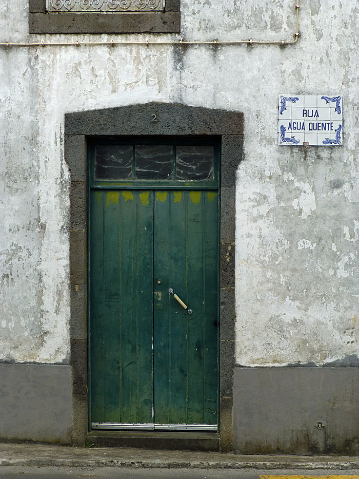 Foto van deur en straatnaambordje