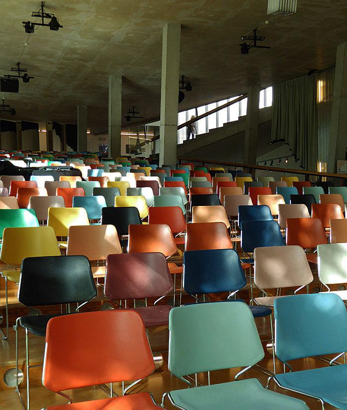 Foto van kleurige stoelen in gehoorzaal