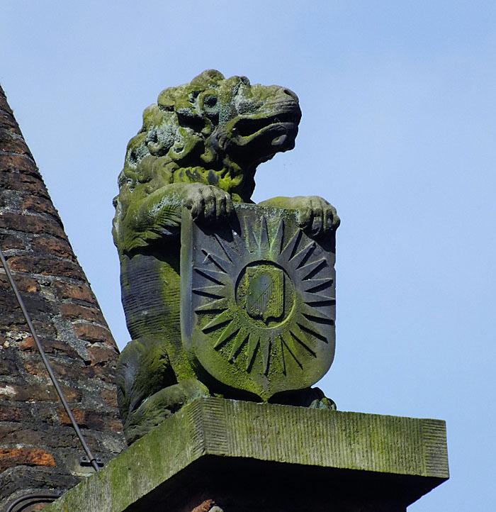 Foto van beeld van leeuw met wapenschild