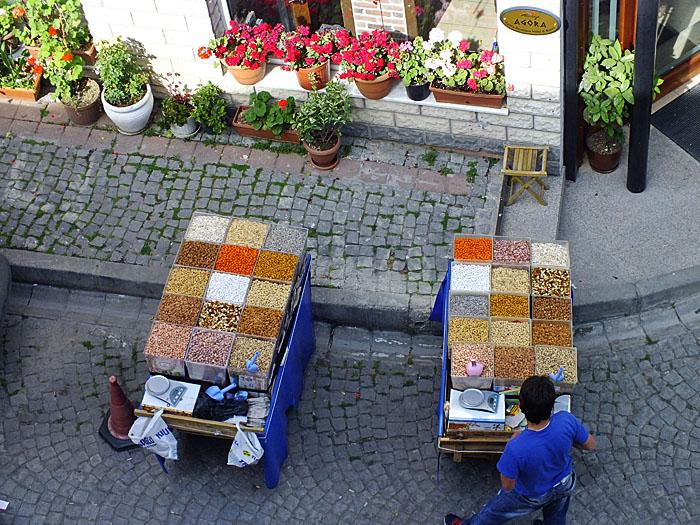 Foto (van boven) van karren voor nootjesverkoop