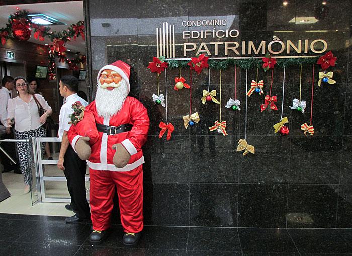 Foto van kerstman (pop) bij ingang gebouw