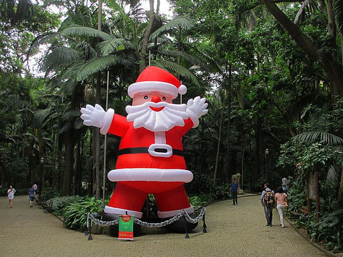Foto van grote plastic kerstman in park