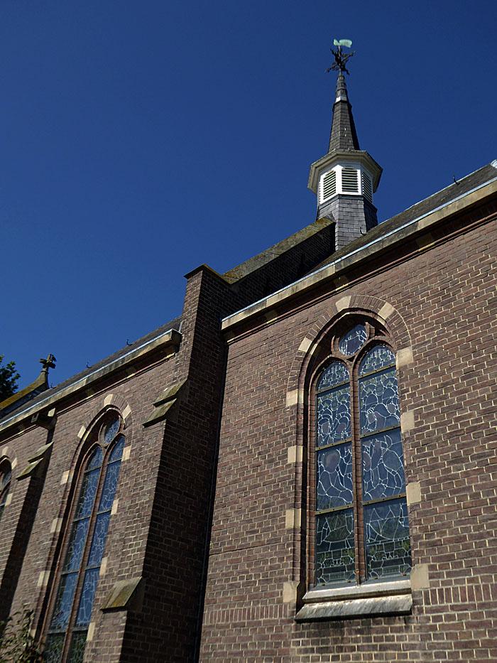 Foto van kerkramen en -torentje