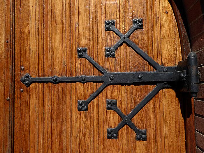 Foto van ijzeren scharnier op houten deur