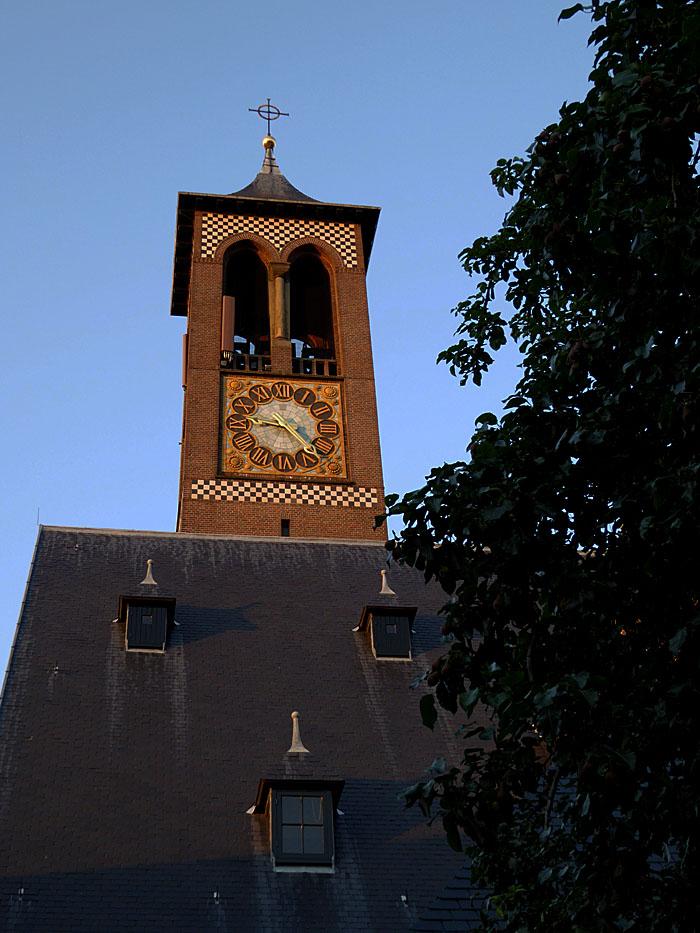 Foto van toren en dak met dakkapellen