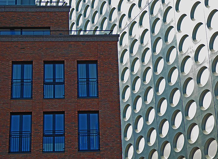 Foto van gebouwen met techthoekige en met ronde ramen