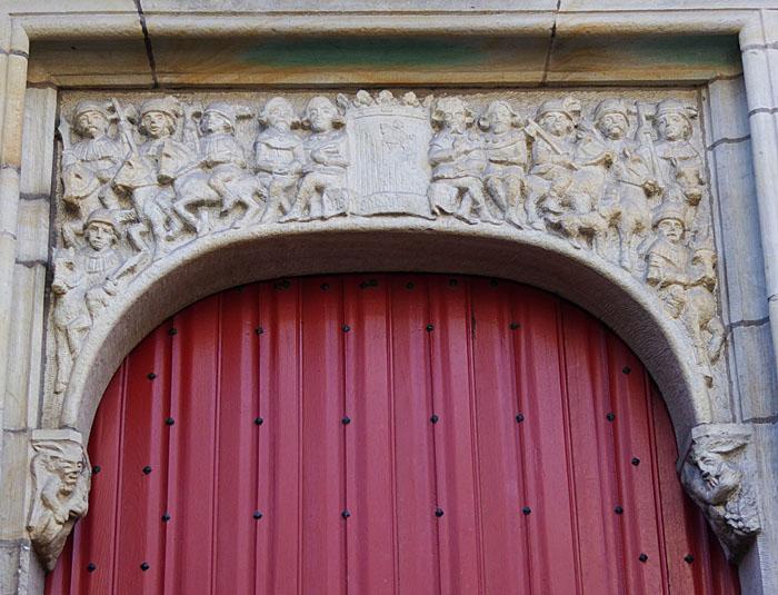 Foto van rode deur met bewerkte fries