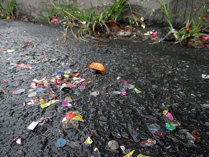 Foto van fleurige restanten op straat