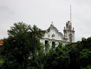 Foto van klooster achter groen