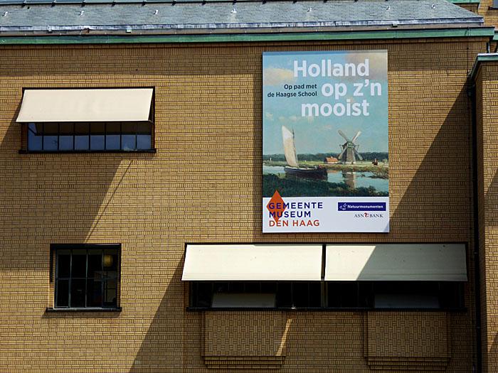 Foto van poster op gevel gemeentemuseum Den Haag