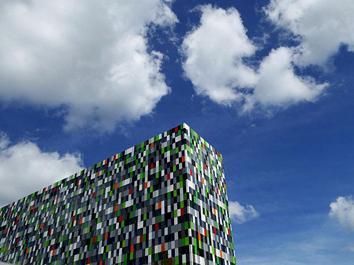 Foto van fleurig gebouw tegen blauwe wolkenlucht