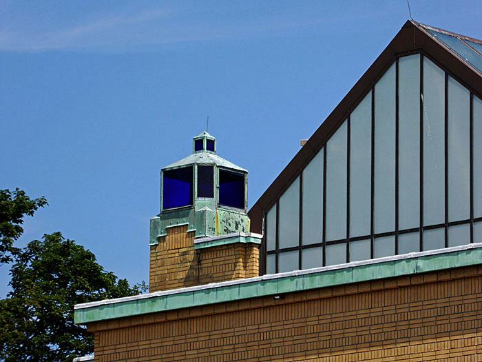 Foto van blauwe lamp op dak