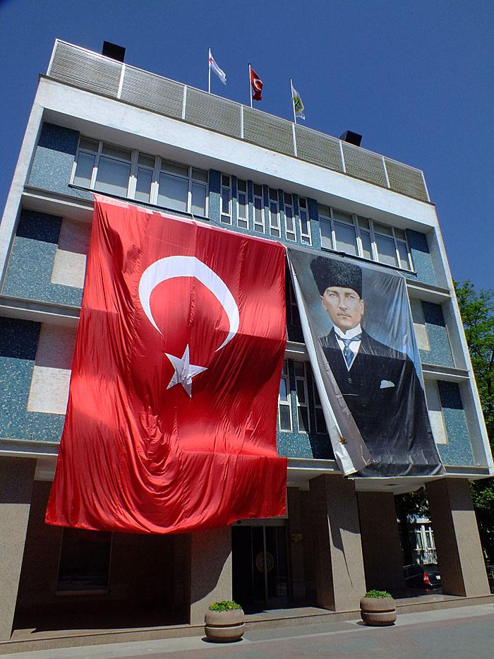 Foto van gebouw met vlag en afbeelding Ataturk