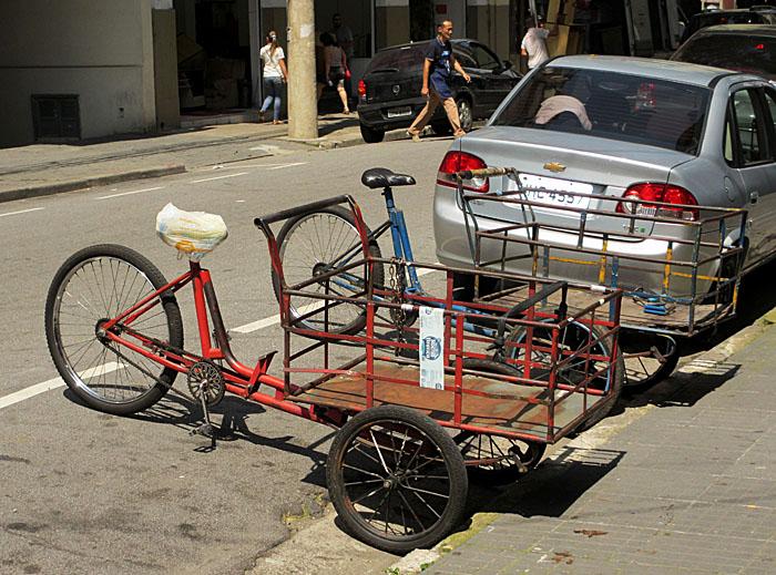 Foto van geparkeerde bakfietsen