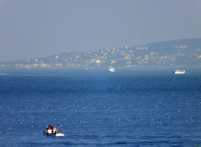 Foto van enkele bootjes op de Bosporus